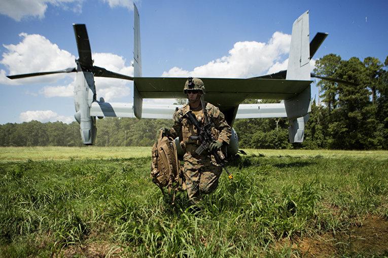 Солдат Корпуса морской пехоты США выходит из конвертоплана MV-22 Osprey