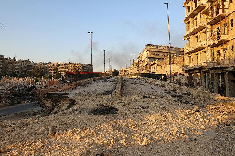 Разрушенная дорога в районе Аль-Шаар в Алеппо