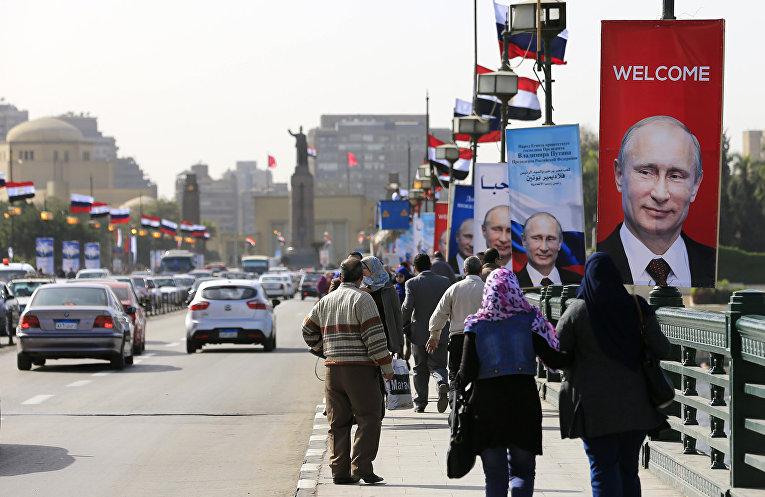 Плакаты с Владимиром Путиным на улице в Каире