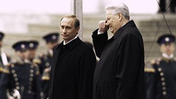 Президент РФ Владимир Путин и первый Президент РФ Борис Ельцин на Красном крыльце в день инаугурации Владимира Путина. 2000 год