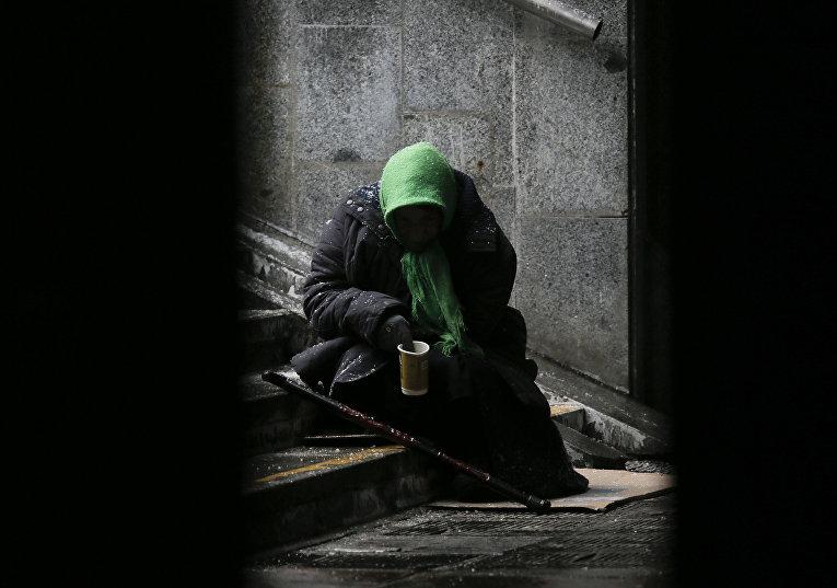 Женщина в подземном переходе в центре Киева