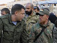 Александр Захарченко (слева) общается с ополченцем ДНР с позывным Моторола (справа) на траурном мероприятии в память о погибших во время пожара в одесском Доме профсоюзов