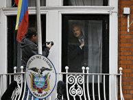 Основатель WikiLeaks Джулиан Ассанж в окне посольства Эквадора в Лондоне