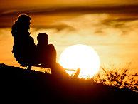 Мама с ребенком катаются на санках в Ганновере