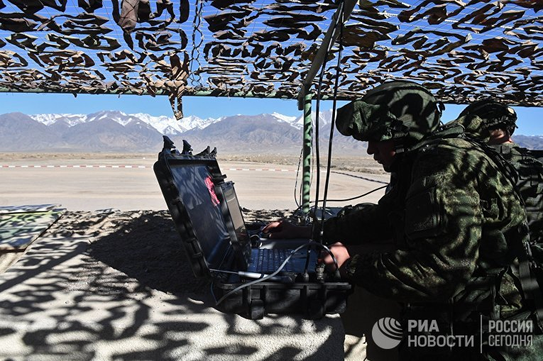 Военнослужащие российской армии во время тактических учений «Рубеж-201» в городе Балыкчы в Киргизии