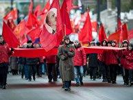 Участники шествия в Омске, посвященного 99-й годовщине Великой Октябрьской революции