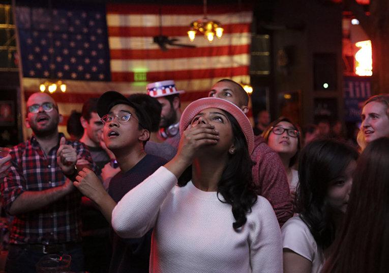 Сторонники Хиллари Клинтон в одном из баров в Вашингтоне