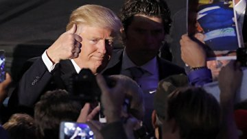 Избранный президент США Дональд Трамп приветствует сторонников в Нью-Йорке. 9 ноября 2016