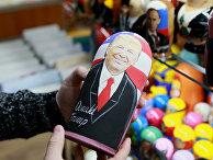 Матрешка с изображением кандидата в президенты США Дональда Трампа в сувенирном магазине в Москве