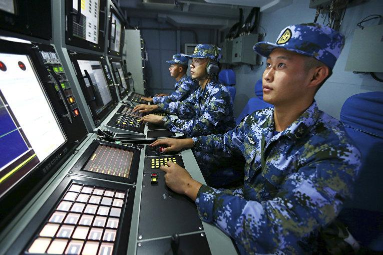 Поиск китайских ВМС на борту ракетного эсминца Хэфэй во время военных учений в водах близ острова Хайнань в Южно-Китайском море