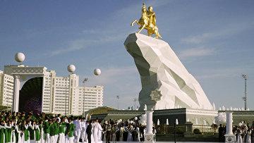 Церемония открытия памятника в Ашхабаде