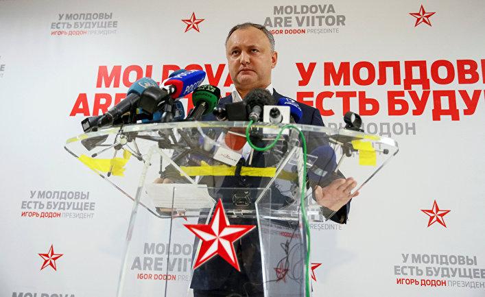 Кандидат в президенты Молдавии от социалистов Игорь Додон выступает перед журналистами в Кишиневе