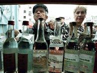 Продажа водки в одном из киосков в Москве