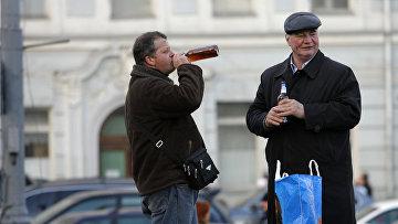 Москвичи пьют пиво на улице