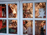 Покупатели в сувенирной лавке на Рождественской ярмарке в Москве
