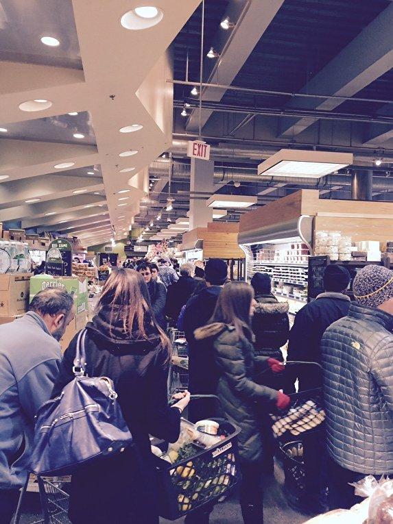 Американцы скупают продукты перед снежной бурей, 24 января 2016