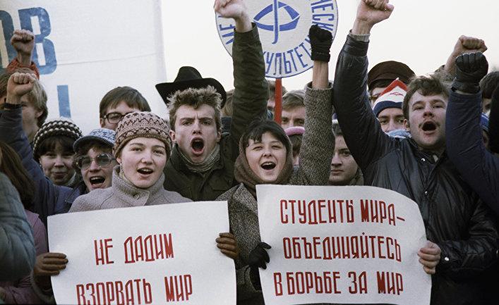 Антивоенное шествие молодежи и студентов Москвы