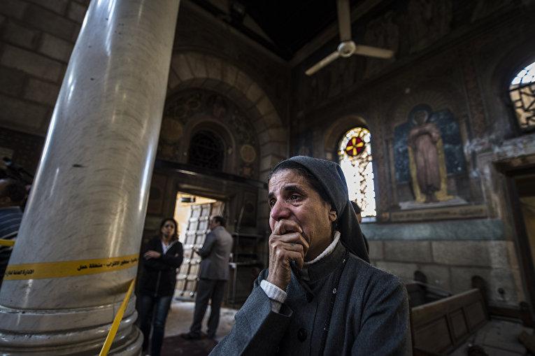 Монахиня на месте взрыва бомбы в православной церкви в Каире