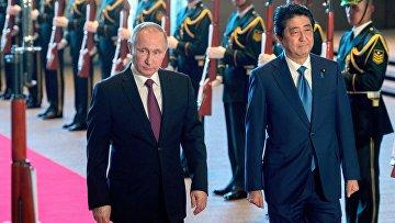 Президент РФ Владимир Путин и премьер-министр Японии Синдзо Абэ во время официальной встречи в Токио