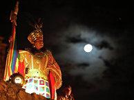 Мужчина, одетый в традиционный костюм индейцев племени Инка