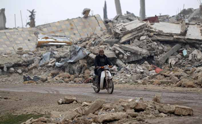 Местный житель на мотоцикле в пригороде Алеппо