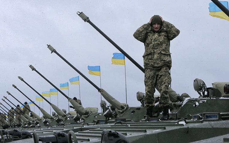 Украинские солдаты на военной базе рядом с Житомиром