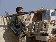 Боец местных сил самообороны с гранатометом РПГ-7 в пригороде Дамаска