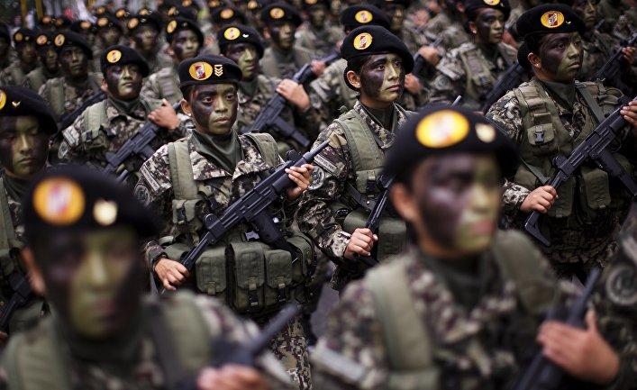 Солдаты участвуют в параде в честь Дня независимости Перу