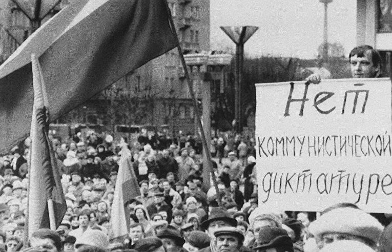 Демонстрация на площади перед зданием парламента в Вильнюсе