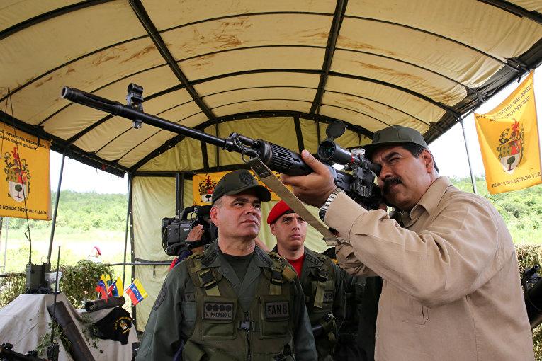 Президент Венесуэлы Николас Мадуро принимает участие в военных учениях