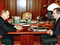 Президент РФ Владимир Путин во время встречи в Кремле с председателем правления нефтяной компании ЮКОС Михаилом Ходорковским.