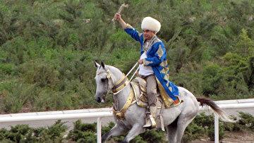 Президент Туркменистана Гурбангулы Бердымухамедов учавствует в скачках в Ашхабаде, 2011 год