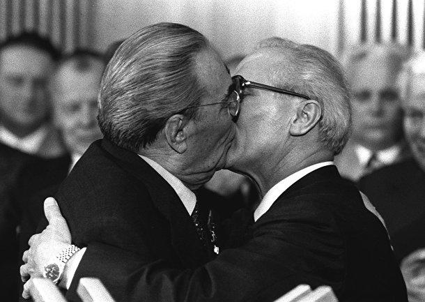 Генеральный секретарь ЦК КПСС Леонид Брежнев и генеральный секретарь ЦК СЕПГ Эрих Хонеккер