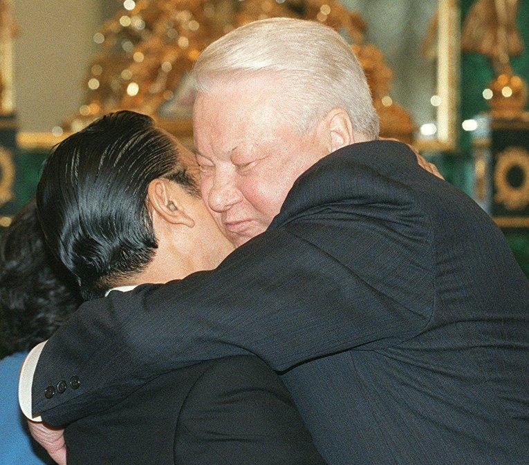Борис Ельцин и бывший премьер-министр Японии Рютаро Хасимото во время встречи в Кремле в 1999 году
