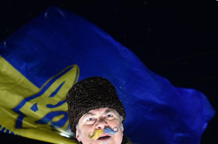 Протестующий во время демонстрации у здания посольства РФ в Киеве