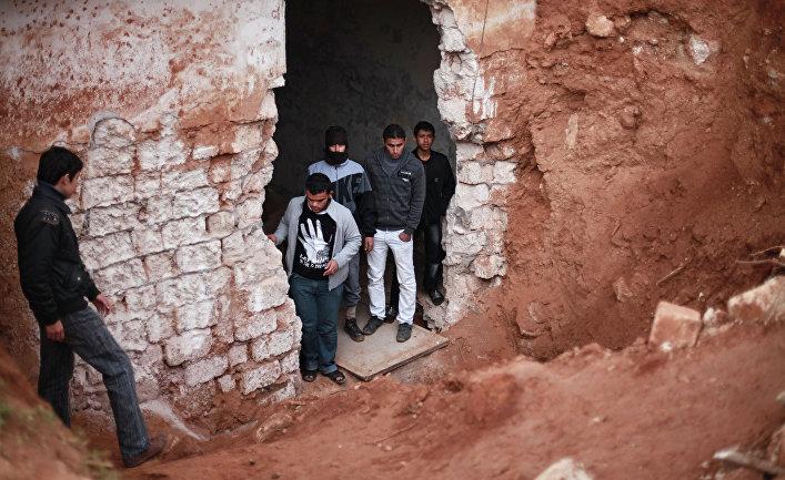 Местные жители в подземном бункере военной базы в Ливии