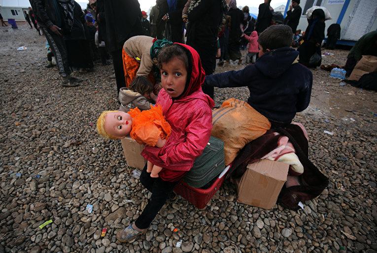 Иракская девочка в лагере для внутренне перемещенных лиц Хаммам-эль-Алиль к югу от Мосула