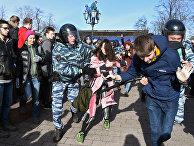 Полиция задерживает протестующих во время митинга в центре Москвы