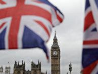 Биг-Бен на фоне британских флагов в Лондоне