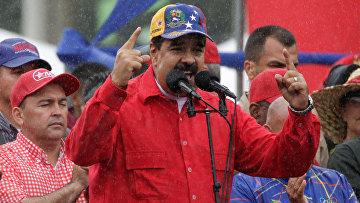 Президент Венесуэлы Николас Мадуро выступает на митинге в Каракасе