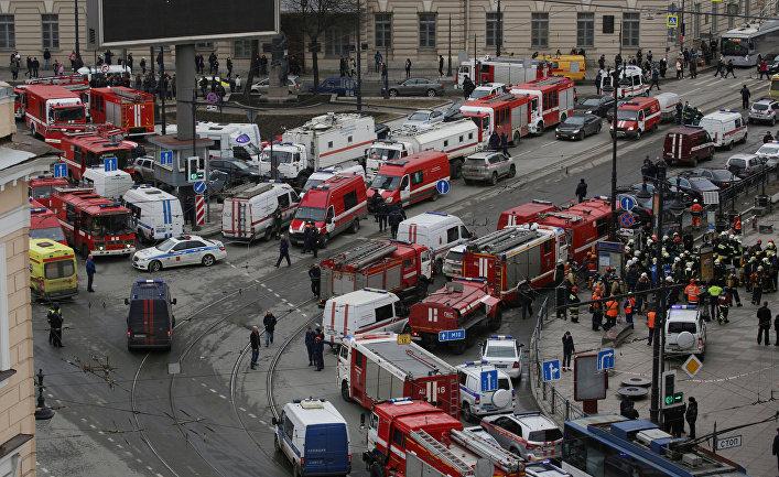Аварийно-спасательные службы на месте взрыва в метро «Сенная площадь» в Санкт-Петербурге