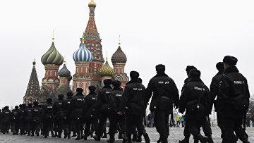 Сотрудники полиции потрулируют территорию Красной площади в Москве