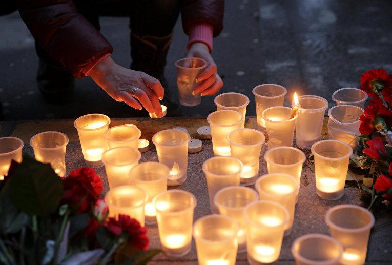 Цветы и свечи в память о погибших в метро Санкт–Петербурга
