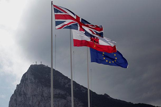 Флаги Великобритании, Гибралтара и ЕС на границе Гибралтара с Испанией