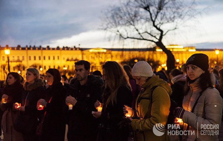"""Жители Санкт-Петербурга со свечами выстраиваются в фигуру """"14:40"""" на Марсовом поле в память о погибших в результате теракта в метро"""