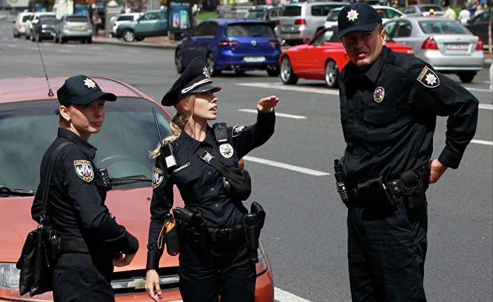 Сотрудники патрульной полиции Украины во время работы в Киеве