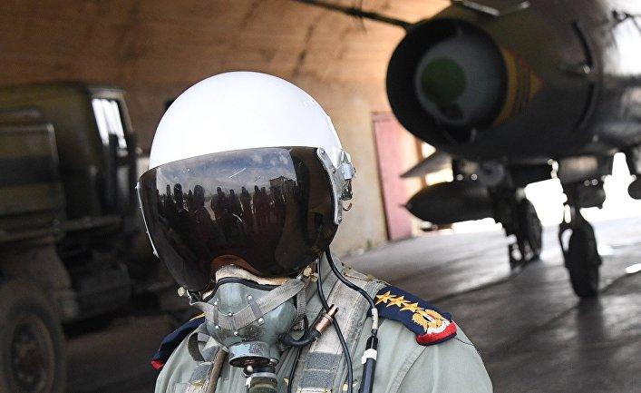 """Пилот сирийских военно-воздушных сил на аэродроме """"Шайрат"""". 8 апреля 2017"""