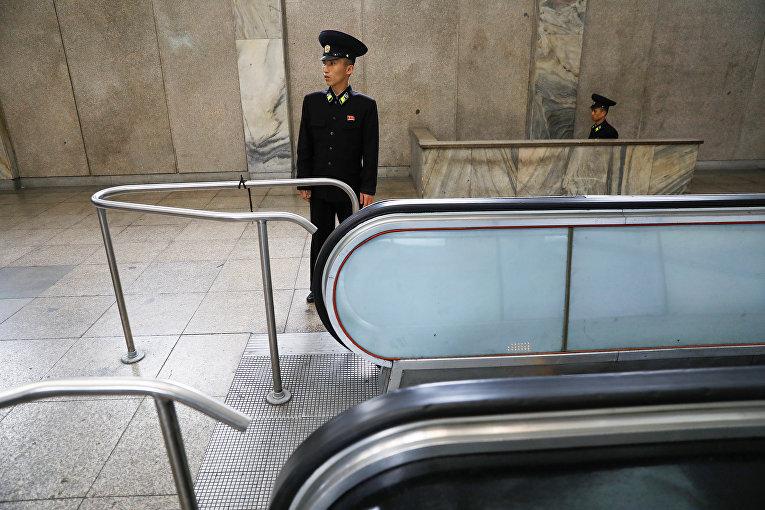 Сотрудники метрополитена Пхеньяна