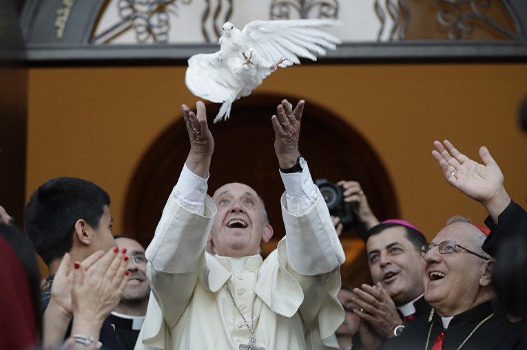 Папа римский Франциск выпускает голубя в Халдейской католическаой церкви в Грузии