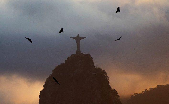 """Вид на статую Христа-Искупителя на вершине горы Корковаду со смотровой площадки на горе """"Сахарная голова"""" в Рио-де-Жанейро"""